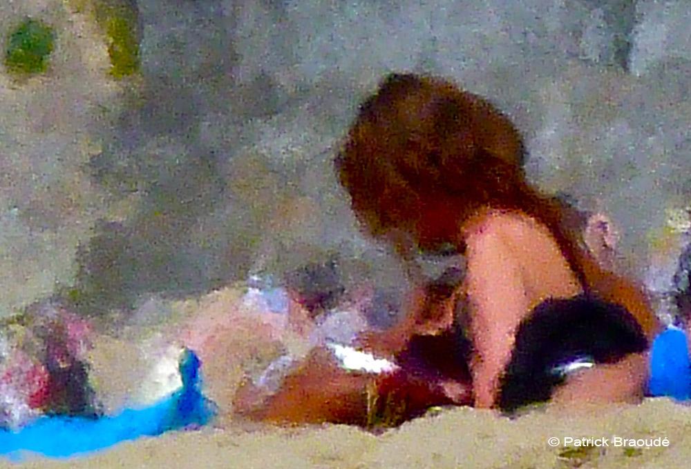 La jeune fille rousse de la plage