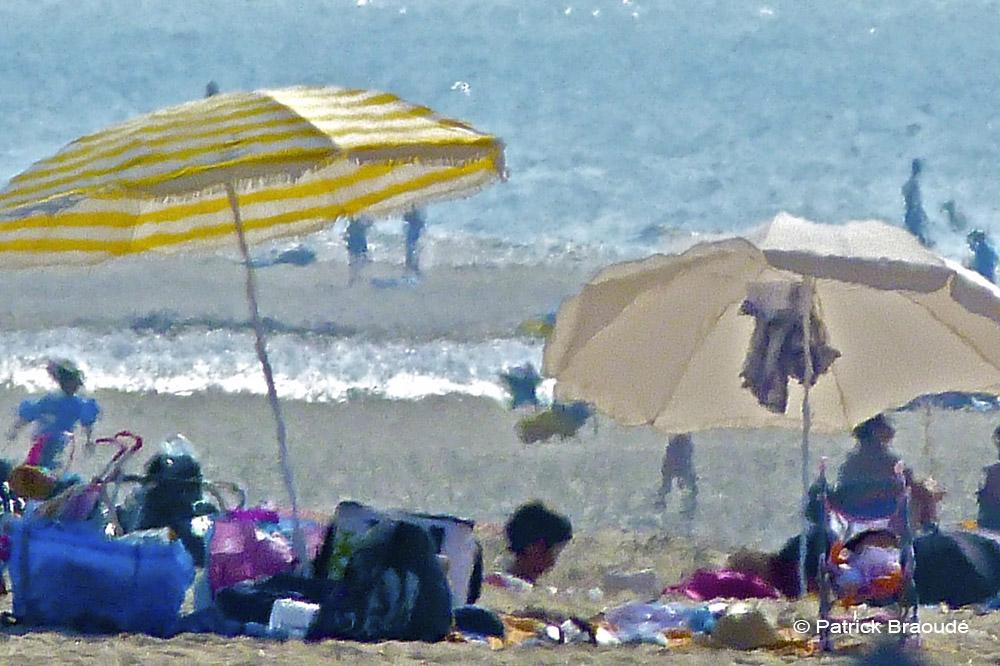 deux parasols et deux poussettes
